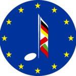 Logo programu Erasmus+: okrągłe niebieskie logo z dwunastoma gwiazdami, w środku nuta z ogonkiem, który jest w kolorach flag trzech krajów partnerskich: Polski, Niemiec i Bułgarii